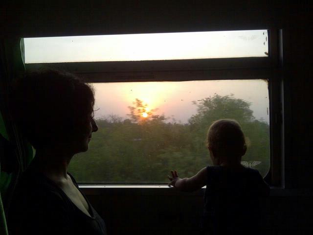 Milan und Anja schauen den Sonnenaufgang an